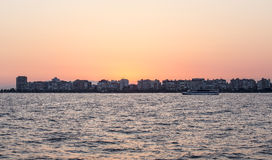 Karsiyaka, Izmir linia horyzontu przy zmierzchem - Obraz Stock