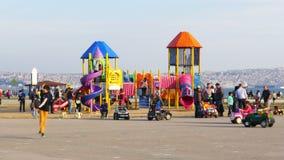 KARSIYAKA, IZMIR, TURKIJE - MEI 2015: jonge geitjes, ouder bij speelplaats stock footage
