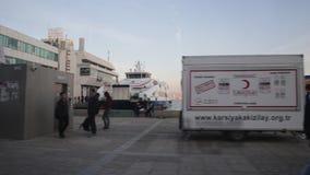 Karsiyaka Smirne la Turchia vista del bacino e dei traghetti di traghetto di Karsiyaka del marzo 2018 dal tram archivi video
