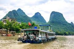 Karst выступает в городке и прогулочном катере Xingping на реке Li стоковые фотографии rf