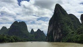 Karst bergen en kalksteenpieken van Li-rivier in China stock video