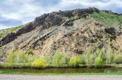 Karst sjö på foten av nr.-berget, sydlig höjdpunkt av de Ural för kant Karamurun-tau bergen Arkivfoton