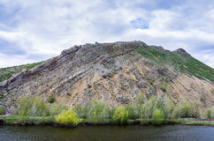 Karst sjö på foten av nr.-berget, sydlig höjdpunkt av de Ural för kant Karamurun-tau bergen Arkivbilder