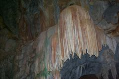 Karstgrotta, stalaktit och stalagmit i en grotta fotografering för bildbyråer