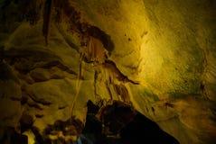 Karsthöhle, -Stalaktiten und -Stalagmite in einer Höhle lizenzfreie stockbilder