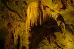 Karsthöhle, -Stalaktiten und -Stalagmite in einer Höhle stockbilder