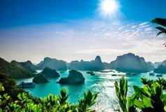 Karstlandskap vid halongfjärden i Vietnam royaltyfria bilder