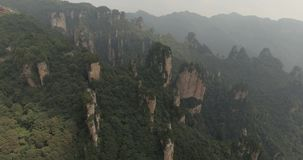 Karstpelare på den Wulingyuan nationalparken i Zhangjiajie stock video