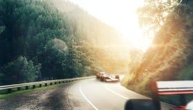 Kart пересекая гонщика финишной черты стоковые фото