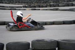 Kart che attraversa l'azione dell'arrivo, velocità, casco, pista, driver, concorrenza, motore, moto, adrenalina fotografia stock libera da diritti