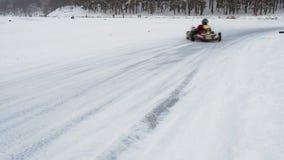 Kart che corre sul lago congelato video d archivio