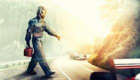 Kart croisant la ligne d'arrivée coureur images libres de droits
