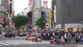Kart de Mario que corre en la travesía de Shibuya (4K UHD) metrajes