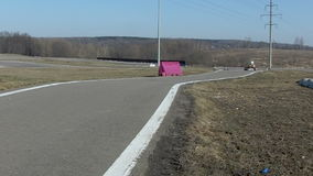 Kart en el revestimiento de la raza de la pista almacen de video