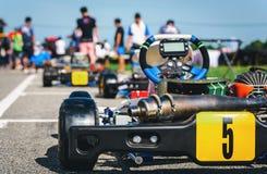 Kart que compete o parque é o ponto de partida para uma equipe dos pilotos na fotografia de stock