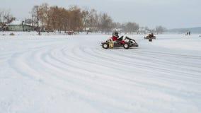 Kart que compite con en el lago congelado almacen de metraje de vídeo