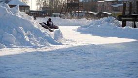 Kart que compite con en el lago congelado Carro del invierno Montar un kart del ir en el invierno metrajes