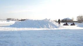 Kart que compite con en el lago congelado Carro del invierno Montar un kart del ir en el invierno almacen de metraje de vídeo