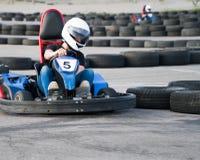 Kart que cruza la acción de la meta, velocidad, casco, pista, conductor, competencia, motor, movimiento, adrenalina imagenes de archivo