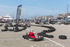 Kart som springer på en nationell ferie på hamnen av Urk, Nederländerna Arkivfoto