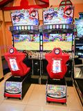 Kart superbe DX de Mario emballant l'arcade de jeu vidéo à l'amusement de ville image stock