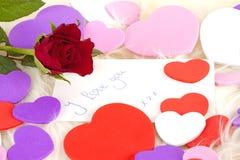 Karta, czerwieni róża i serca, Zdjęcie Royalty Free