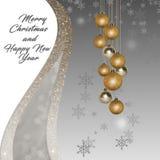 Karta dla bożych narodzeń i nowego roku z złotymi błyskotliwość piłkami na srebrze, biały tło Obraz Royalty Free