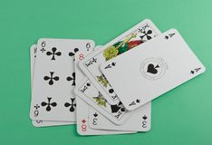 Karta do gry na zieleni powierzchni Obrazy Royalty Free