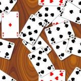 Karta do gry rozpraszali na drewnianym stole - bezszwowy deseniowy tekstury tło Zdjęcia Stock