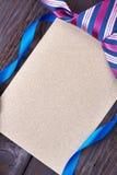 Karta i krawat na drewnie Zdjęcie Stock