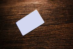 Karta z tekst przestrzenią na białej księdze przeciw tłu stary drewniany tło dla teksta na drewnianym tle, kopia obrazy stock