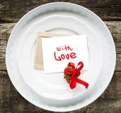 Karta z wiadomością Z miłością na Białych talerzach Obraz Stock
