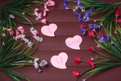 Karta z wiadomości miłością Ty na liście na drewnianym tle Obraz Royalty Free