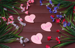 Karta z wiadomości miłością Ty na liście na drewnianym tle Fotografia Royalty Free