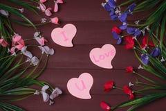 Karta z wiadomości miłością Ty na liście na drewnianym tle Obrazy Royalty Free