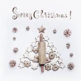 Karte der frohen Weihnachten mit Nudelholz, Plätzchen und Lebkuchen auf weißem Hintergrund lizenzfreie stockbilder