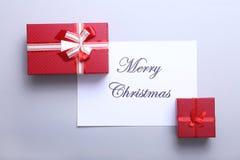 Karte der frohen Weihnachten und des guten Rutsch ins Neue Jahr, Geschenkbox, Ball mit roter Dekoration Stockfoto