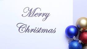 Karte der frohen Weihnachten und des guten Rutsch ins Neue Jahr, Geschenkbox, Ball mit roter Dekoration Lizenzfreie Stockfotos