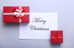 Karte der frohen Weihnachten und des guten Rutsch ins Neue Jahr, Geschenkbox, Ball mit roter Dekoration Lizenzfreie Stockfotografie