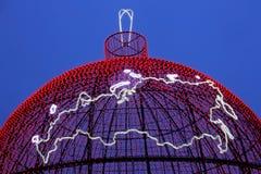 Karte der Russischen Föderation auf dem Hintergrund des glühenden Weihnachtsballs Lizenzfreie Stockfotos
