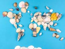 Karte der Welt gemacht von den Oberteilen auf blauem Hintergrund lizenzfreie stockfotografie