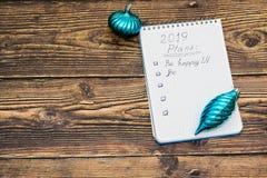 Karte des guten Rutsch ins Neue Jahr 2019 mit Dekoration auf dunklem rustikalem hölzernem Hintergrund lizenzfreie stockfotografie
