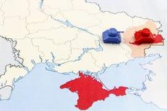 Karte des Krieges in Ukraine mit Behälter Stockfotografie