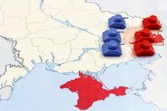 Karte des Krieges in Ukraine mit Behältern Stockfotos