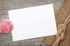 Karte des leeren Papiers mit Muschel- und Schiffsseil Stockbild