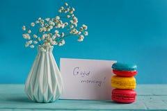 Karte des leeren Papiers mit Tasse Tee andvase in der Blume und in den Makronen für Frauentag Lizenzfreie Stockfotografie