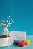 Karte des leeren Papiers mit Tasse Tee andvase in der Blume und in den Makronen für Frauentag Stockfotos
