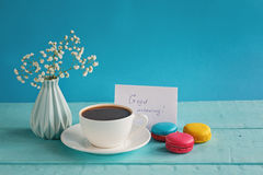 Karte des leeren Papiers mit Tasse Tee andvase in der Blume und in den Makronen für Frauentag Stockfotografie