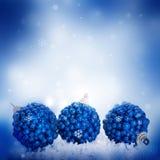 Karte des neuen Jahres mit blauen Kugeln Lizenzfreies Stockbild