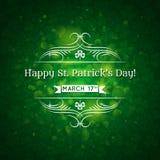 Karte für St. Patrick Day mit Text und viel shamro Lizenzfreie Stockfotos